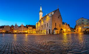 Tallinn Town Hall and Raekoja Square in the Morning, Tallinn, Estoniaの写真素材 [FYI00650609]