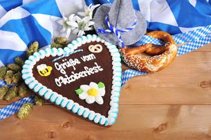 bavarian pretzel with gingerbread heartの写真素材 [FYI00650615]