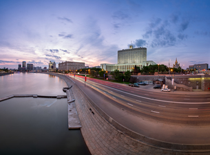 Russian White House and Krasnopresnenskaya Embankment in the Evening, Moscow, Russiaの写真素材 [FYI00650621]