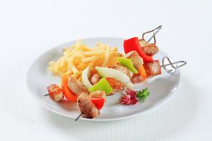 Pork skewers with friesの写真素材 [FYI00650681]