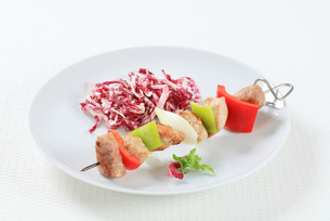 Pork skewer with shredded cabbageの写真素材 [FYI00650688]