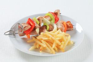 Pork skewers with friesの写真素材 [FYI00650691]