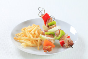 Pork skewers with friesの写真素材 [FYI00650692]