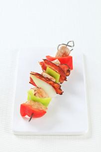 Meat and vegetable skewerの写真素材 [FYI00650704]