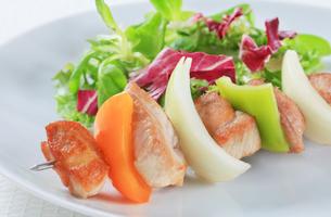 Shish kebab with spring saladの写真素材 [FYI00650705]