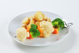 Vegetable skewer with potatoesの素材 [FYI00650712]