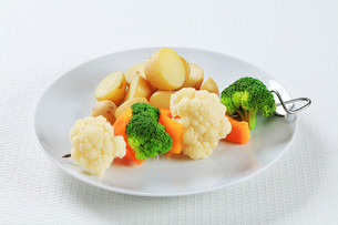 Vegetable skewer with potatoesの写真素材 [FYI00650712]