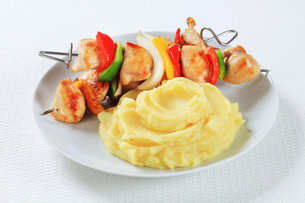 Chicken skewers with mashed potatoの写真素材 [FYI00650718]