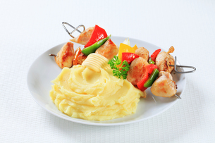 Chicken skewers with mashed potatoの写真素材 [FYI00650719]