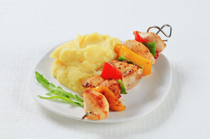 Chicken skewer with mashed potatoの写真素材 [FYI00650721]