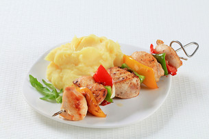 Chicken skewer with mashed potatoの写真素材 [FYI00650727]