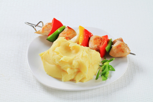 Chicken skewer with mashed potatoの写真素材 [FYI00650732]