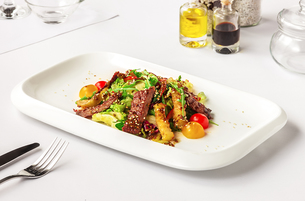 Warm salad with beefの写真素材 [FYI00650758]