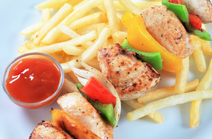 Chicken Shish kebab with French friesの写真素材 [FYI00650973]