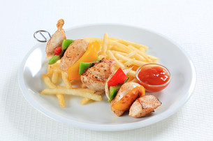 Chicken Shish kebab with French friesの写真素材 [FYI00650974]