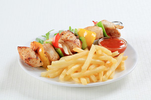 Chicken Shish kebab with French friesの写真素材 [FYI00650975]