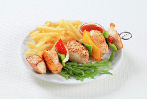 Chicken Shish kebab with French friesの写真素材 [FYI00650976]
