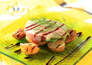 Pork loin steak and baked potatoesの写真素材 [FYI00651055]