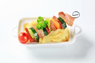 Pork skewer and mashed potatoの写真素材 [FYI00651338]