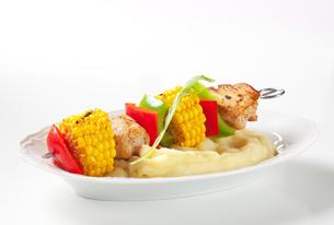 Shish kebab and mashed potatoの写真素材 [FYI00651363]