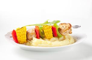 Shish kebab and mashed potatoの写真素材 [FYI00651366]