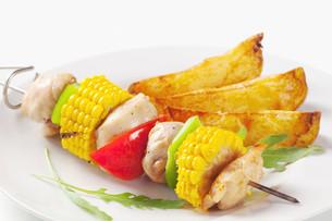 Shish kebab and potato wedgesの写真素材 [FYI00651370]