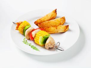 Shish kebab and potato wedgesの写真素材 [FYI00651372]