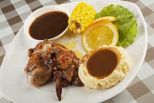 Chicken served with mashed potatos and gravyの写真素材 [FYI00651401]