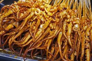 Street food of grilled Squid on the streets of Guilinの写真素材 [FYI00651402]