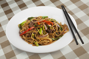 Chinese noodles with black pepper sauceの写真素材 [FYI00651418]