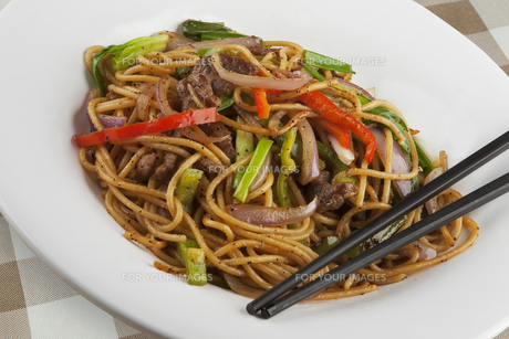 Chinese noodles with black pepper sauceの写真素材 [FYI00651419]