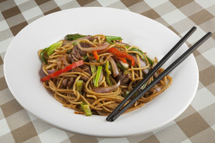 Chinese noodles with black pepper sauceの写真素材 [FYI00651422]