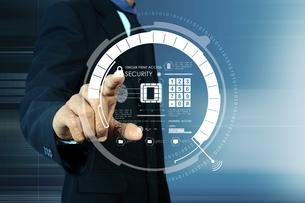 Businessman pressing virtual buttonsの写真素材 [FYI00651431]