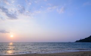 Colorful sunset at  Khao Lak beach in Phang Nga, Thailandの写真素材 [FYI00651641]