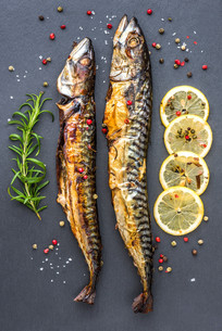 Baked Mackerel Fish with Herbs and Lemon on Stoneの写真素材 [FYI00651643]