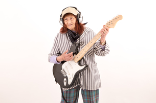 Funny elderly lady playing electric guitar.の写真素材 [FYI00651648]