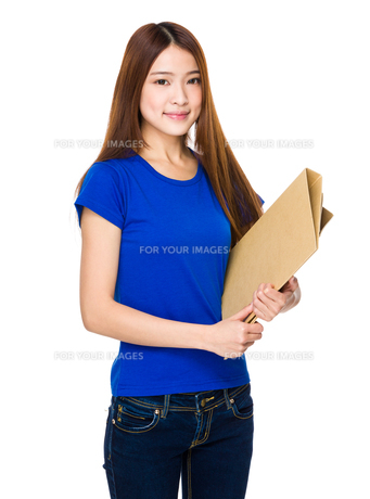 Young Asian woman holding file documentの写真素材 [FYI00651650]