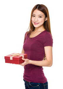 Beautiful woman smiling and holding gift boxの写真素材 [FYI00651668]