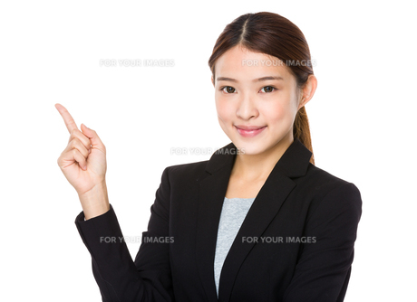Businesswoman pointing upの素材 [FYI00651726]