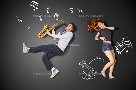 Playing the sax for her.の写真素材 [FYI00651797]