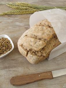 home-made green rye bread in a sandwich bagの写真素材 [FYI00651955]