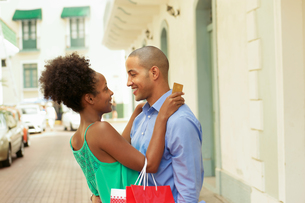 African American Couple Shopping With Credit Card In Panamaの写真素材 [FYI00651974]
