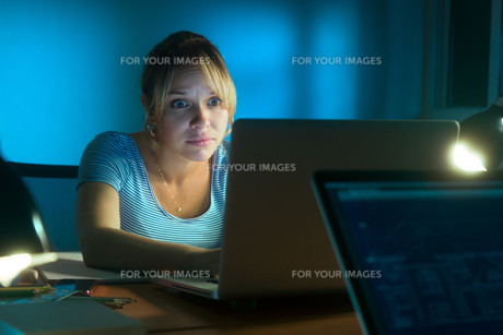 Woman Reading Scary Message On Social Network Late Nightの写真素材 [FYI00651978]