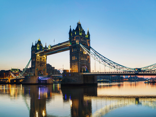 Tower bridge in London, Great Britain at sunriseの写真素材 [FYI00652111]