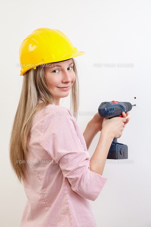 Woman doing the DIY work and wearing protective helmetの写真素材 [FYI00652255]
