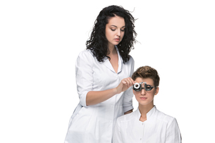 Optometrist examines the sight of young girlの写真素材 [FYI00652335]