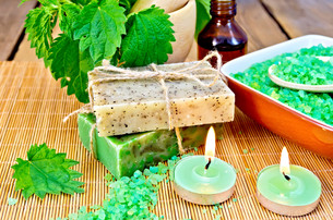 Soap homemade with nettles in mortar on boardの写真素材 [FYI00652641]