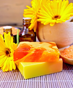 Soap homemade and oil with calendula on bambooの写真素材 [FYI00652642]