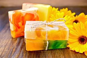 Soap homemade with calendula on boardの写真素材 [FYI00652643]