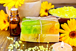 Soap homemade and oil with calendula on boardの写真素材 [FYI00652644]
